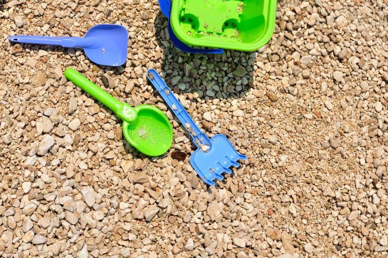 Strandspeelgoed - emmer, spade en schop op het strand royalty-vrije stock afbeelding