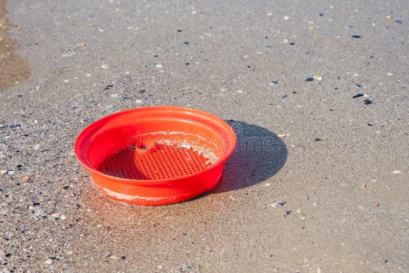 Strandspeelgoed in het zand en het overzees stock afbeelding