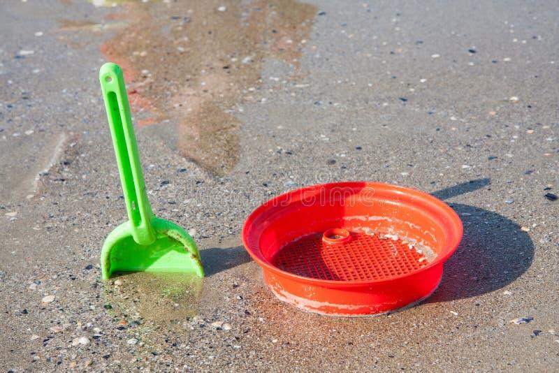 Strandspeelgoed in het zand en het overzees royalty-vrije stock foto's