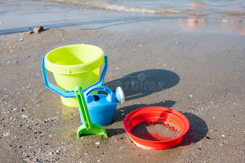 Strandspeelgoed in het zand en het overzees royalty-vrije stock foto