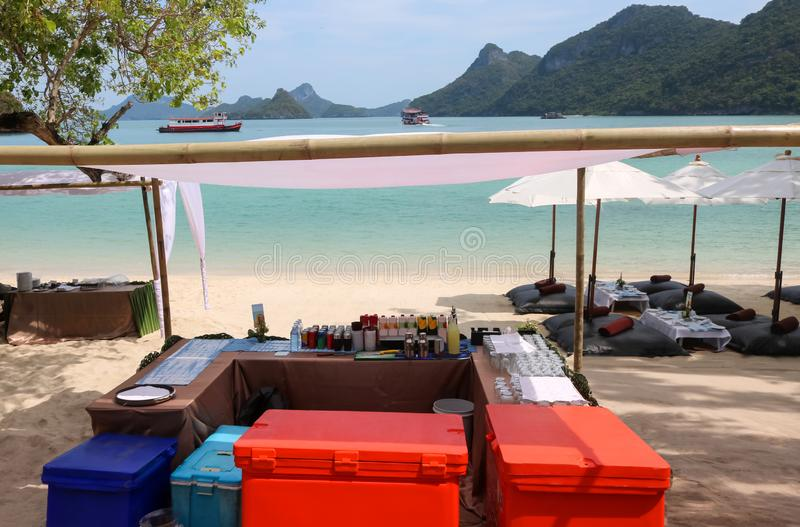 Strandstång, bufféläsk eller dryckuppsättning på den tropiska ön royaltyfri foto
