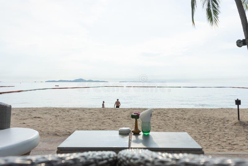 Strandstång med tropiska frukter Det bästa ögonblicket på Pattaya, Thailand royaltyfri bild