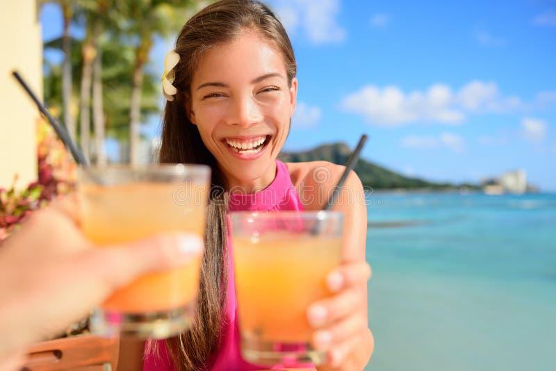 Strandstångparti som dricker vänner som rostar coctailen arkivbilder