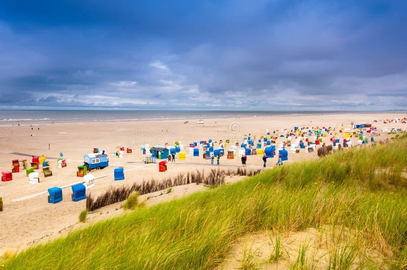 Strandstühle auf der Insel von Juist lizenzfreie stockfotografie