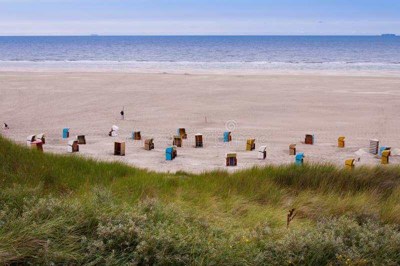 Strandstühle auf der Insel von Juist stockfotos
