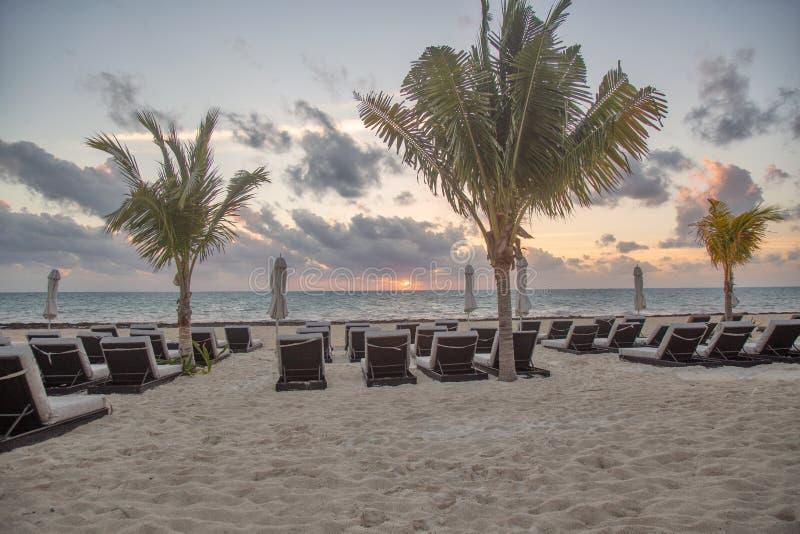 Strandstühle bei Sonnenaufgang stockbilder