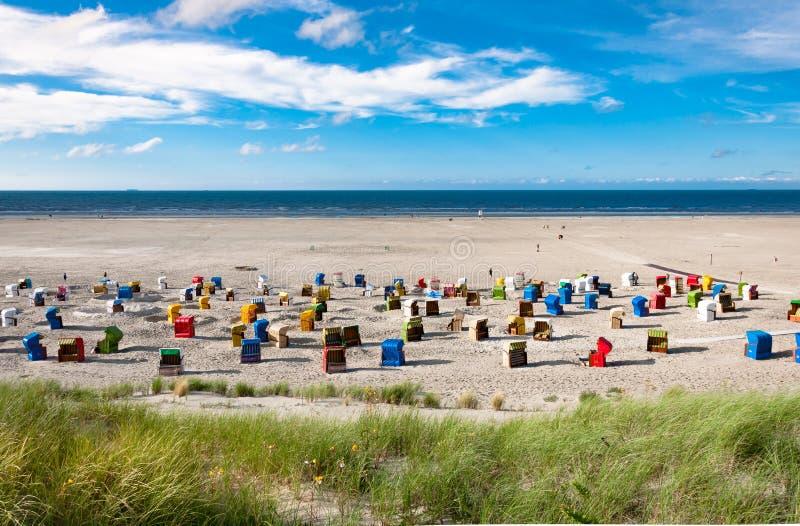 Strandstühle in der Insel von Juist in Deutschland lizenzfreie stockfotos