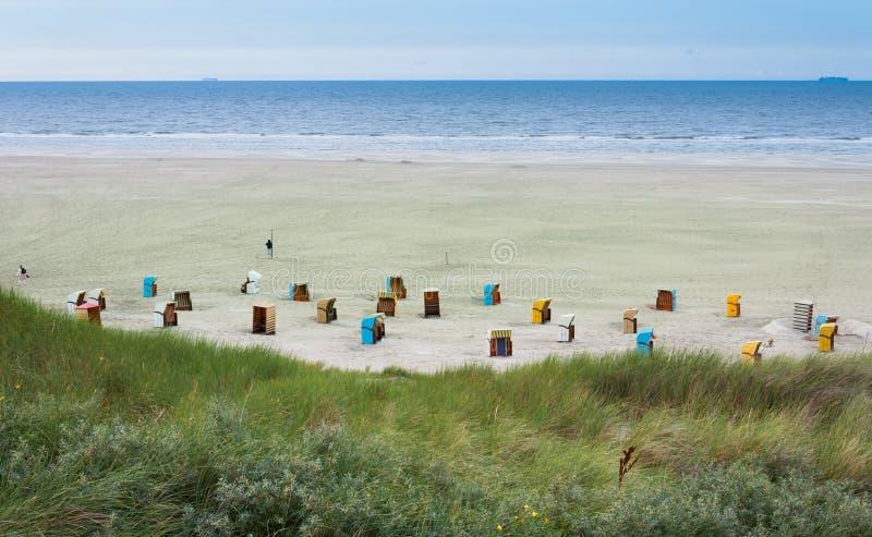 Strandstühle in der Insel von Juist in Deutschland lizenzfreie stockfotografie