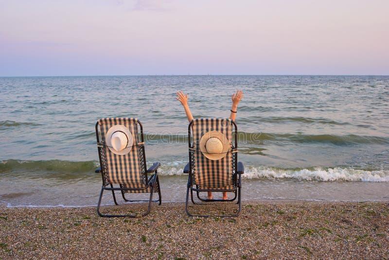 Strandstühle mit Meer als Hintergrund lizenzfreie stockfotos