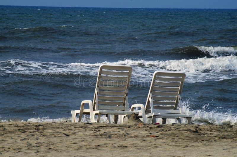 Strandstühle nahe dem Meer-Honduras-Sommer 2019 5 lizenzfreie stockbilder