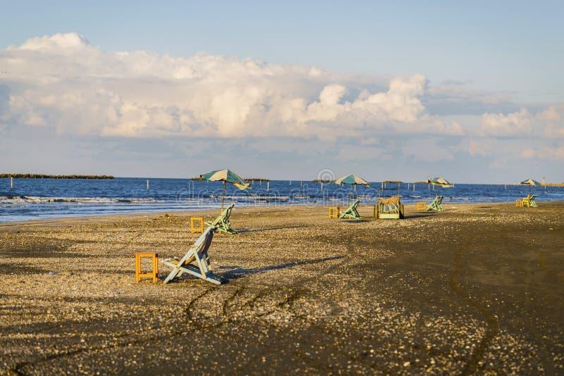Strandstühle und Tabellen, Damietta, Ägypten lizenzfreie stockfotos