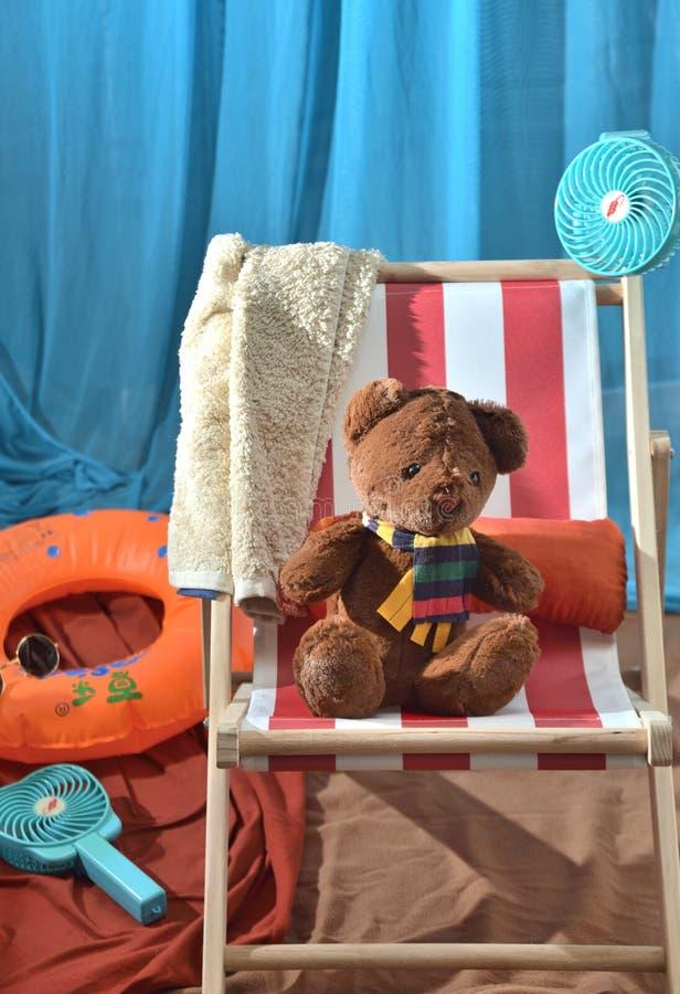 Strandstützen tragen Plüschspielwaren-Kinderspielplatz stockfoto