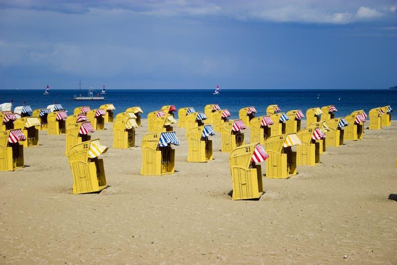 strandstolar nära havsgnäggandet arkivbild