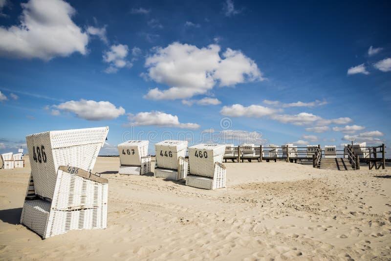 Strandcharis på sanden sätter på land i St. Peter-Ording arkivbilder