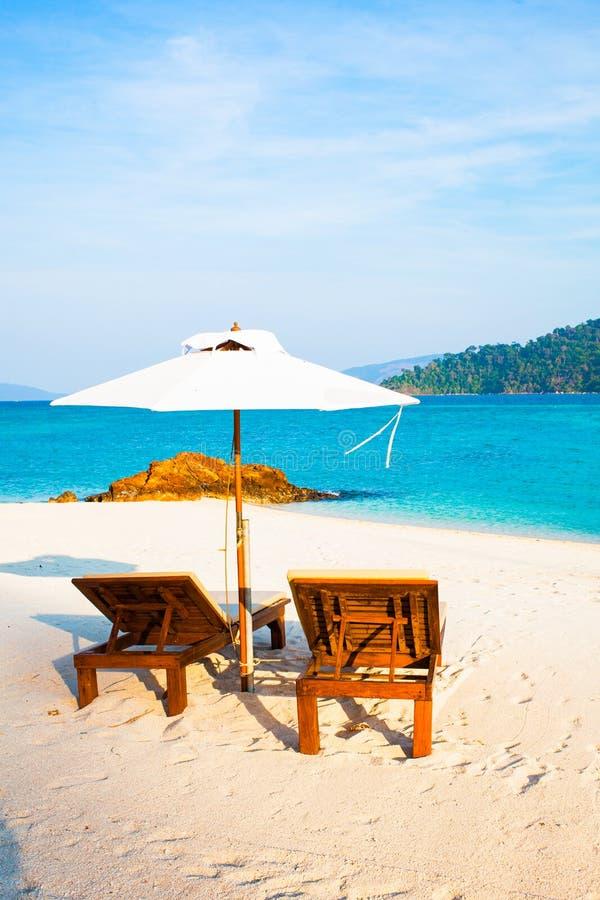 Strandstolar vid havet - tropiska semesterbakgrund arkivfoton