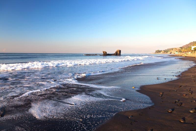 Strandstrand och horisont för El Tunco tropisk över Stilla havethavsvatten i El Salvador royaltyfria foton