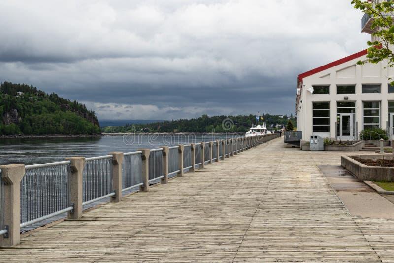 Strandstrandpromenad på den Saguenay floden i Chicoutimi Quebec Kanada royaltyfria bilder