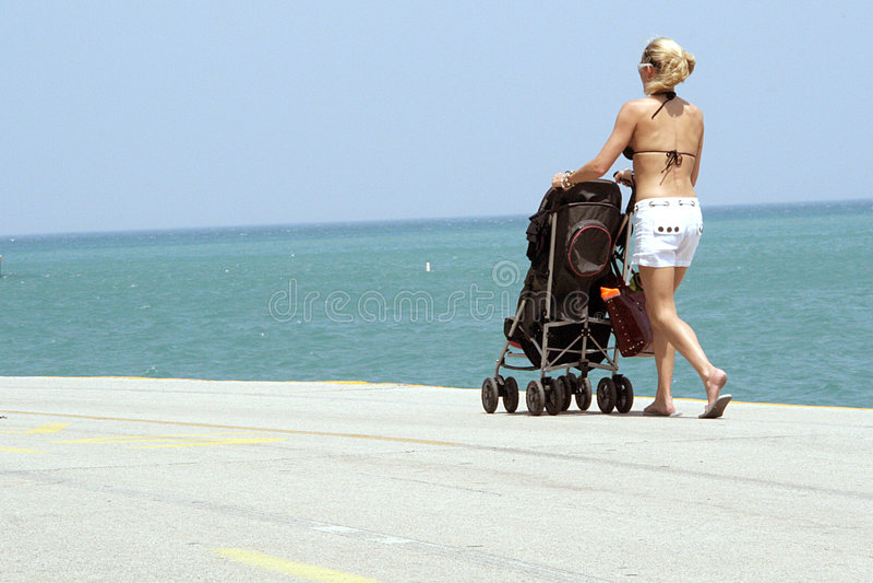 strandstrollerkvinna arkivbild