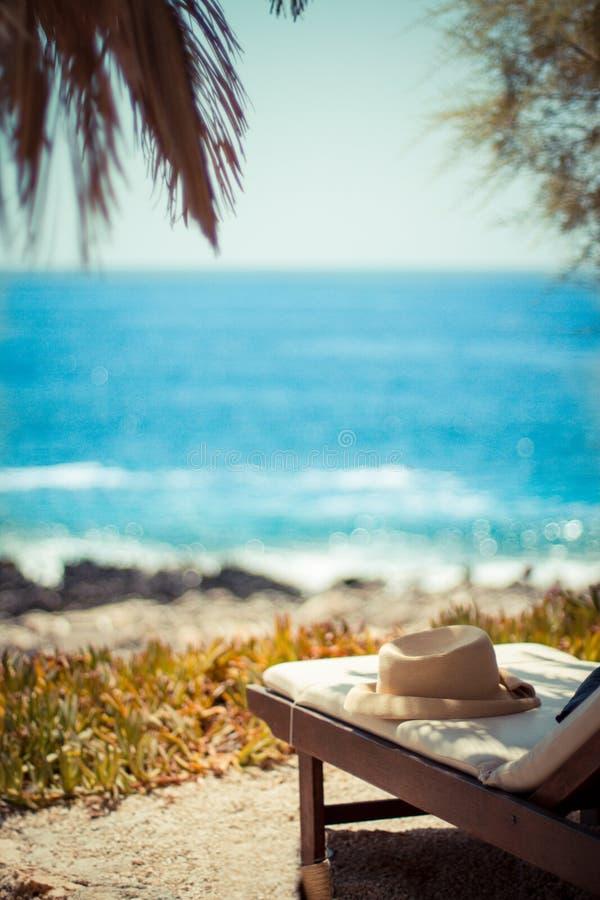 Strandstuhl auf idyllischem tropischem Palm Beach, tropisches Ferienkonzept lizenzfreie stockbilder