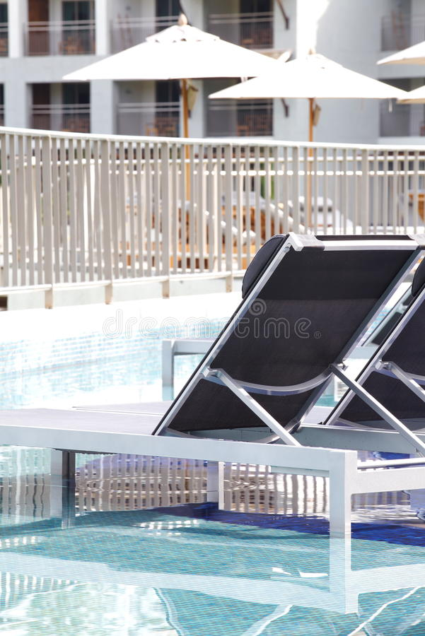 Strandstuhl-Seitenswimmingpool stockbild