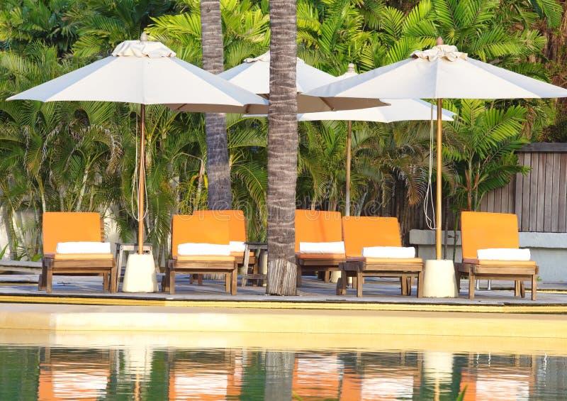 Strandstuhl-Seitenswimmingpool lizenzfreie stockfotografie