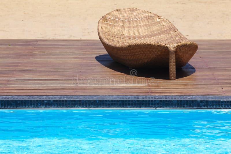 Strandstuhl-Seitenswimmingpool stockfotos