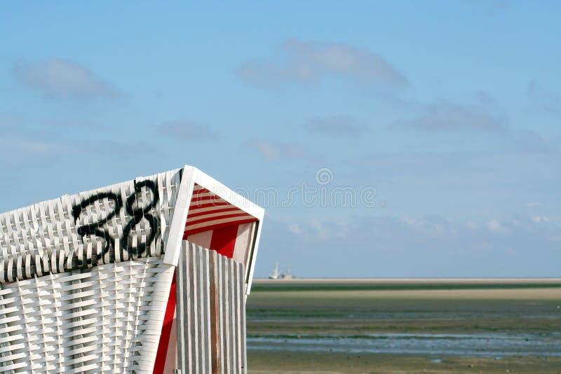 Strandstuhl und -scherblock lizenzfreie stockfotos