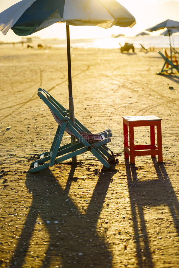 Strandstuhl und Tabelle, Damietta, Ägypten stockfotografie