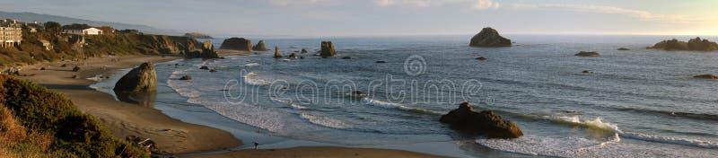 Strandszene mit Felsen lizenzfreies stockbild