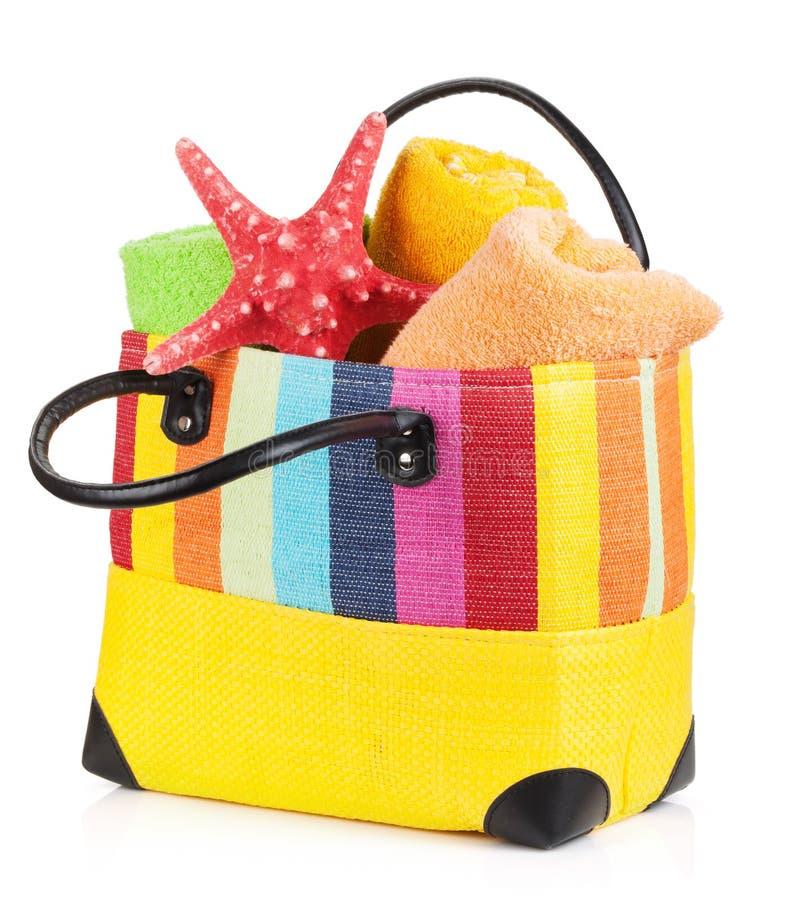 Strandtasche mit Tüchern stockfotografie