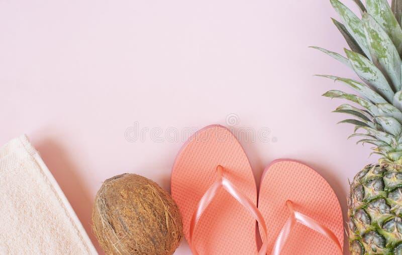 Strandtillbehör på rosa bakgrund - ananas, kokosnöt, handduk, badskor Sommar ?r det kommande begreppet royaltyfri bild
