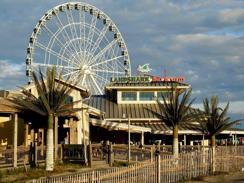 Strandtillträde och berömda Ferris Wheel arkivbilder