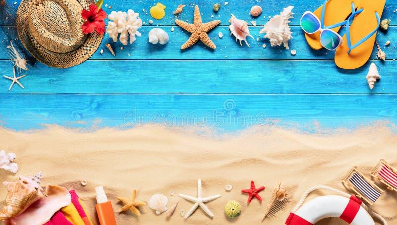 Strandtoebehoren op Blauw Plank en Zand royalty-vrije stock afbeelding