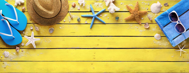 Strandtoebehoren op Gele Houten Plank - de Zomerkleuren stock afbeelding