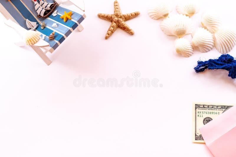 Strandtoebehoren op roze achtergrond Vakantie en reispunten Zonlanterfanter, geld, zeeschelpen en zeester Ligstoel op strand in B royalty-vrije stock fotografie
