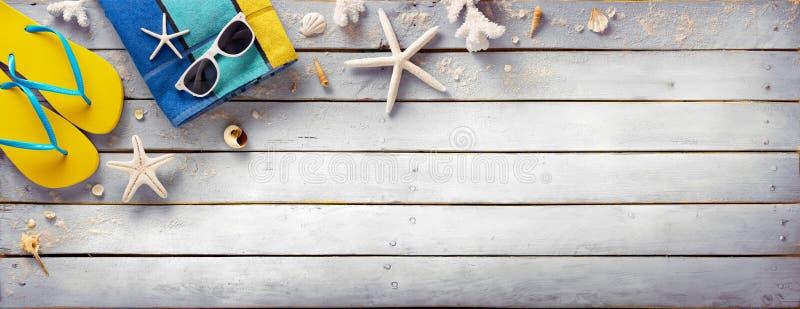 Strandtoebehoren op Uitstekende Houten Plank stock foto's