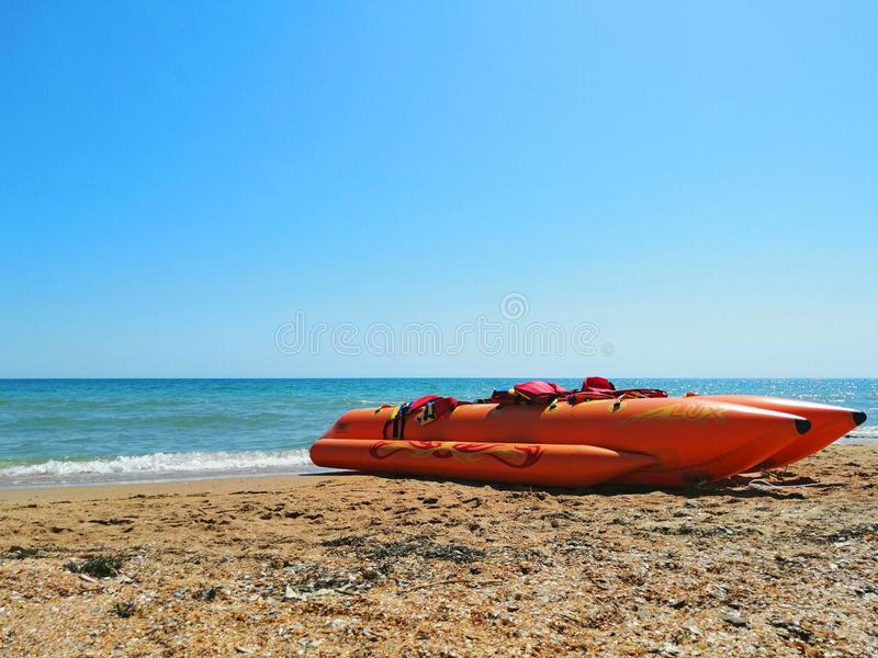 Strandtransport uppblåsbar banan på sanden royaltyfri bild