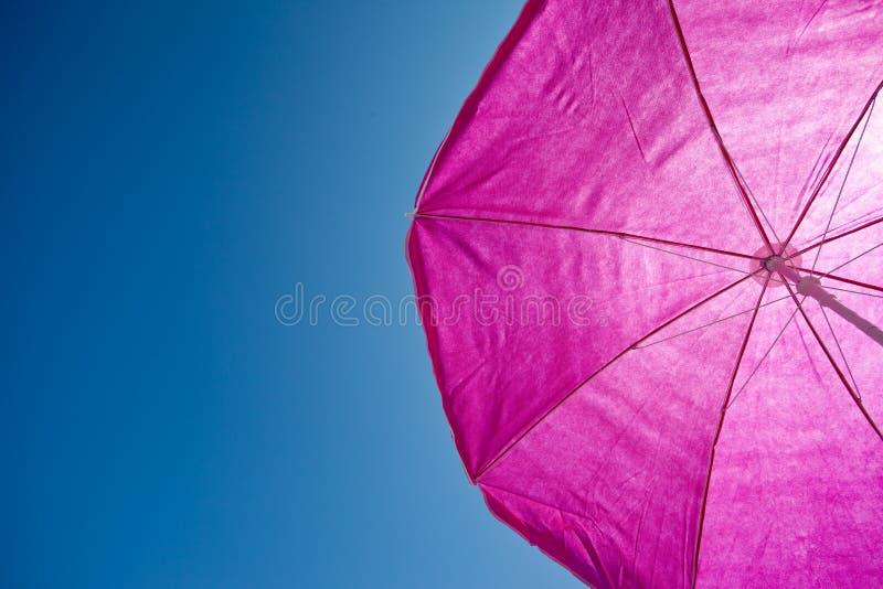 Strandumrella met blauwe hemel stock foto