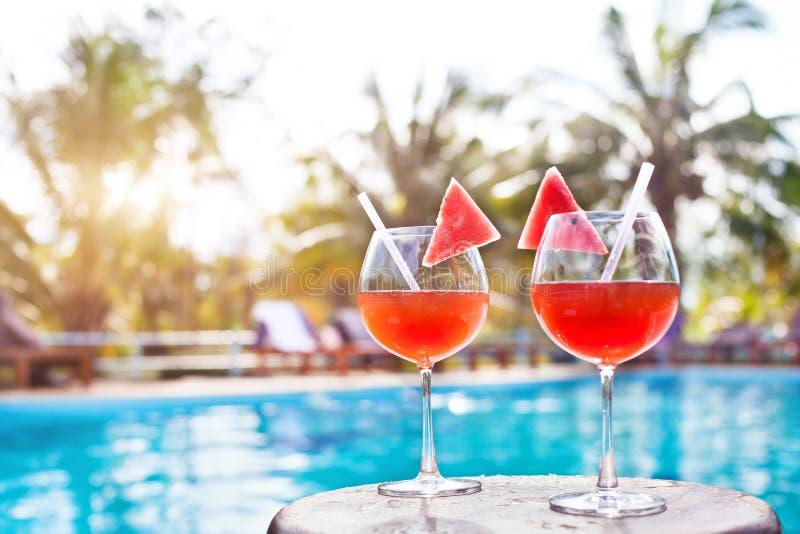 Strandurlaubhintergrund mit zwei Cocktails nähern sich Swimmingpool im luxuriösen Hotel stockfoto