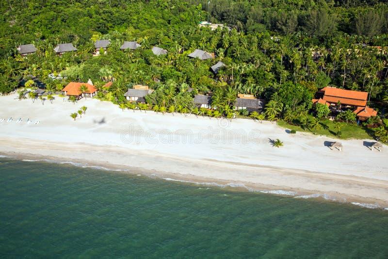 Strandurlaubsort an der Tropeninsel-Paradies-Vogelperspektive lizenzfreie stockbilder