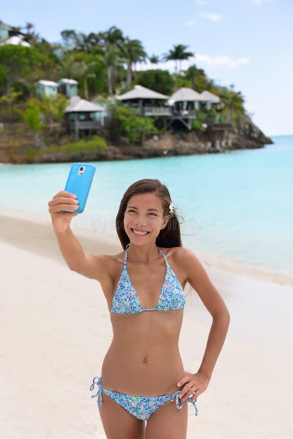Strandurlaubsreisefrau, die Telefon selfie macht stockfotos