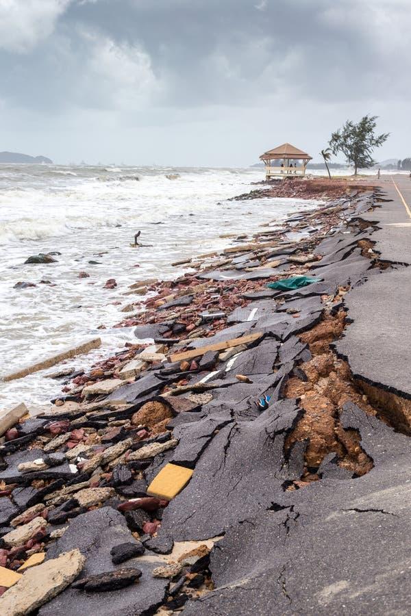 Strandvägglidbana längs stranden till vattenerosion royaltyfri fotografi