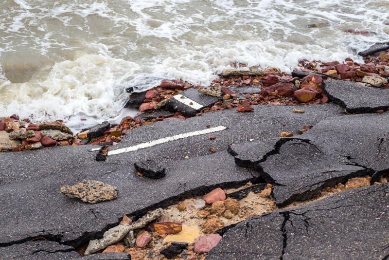 Strandvägglidbana längs stranden till vattenerosion royaltyfria bilder