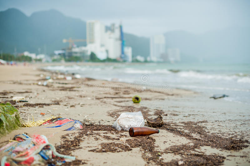 Strandverontreiniging Plastic flessen en ander afval op overzees strand royalty-vrije stock fotografie
