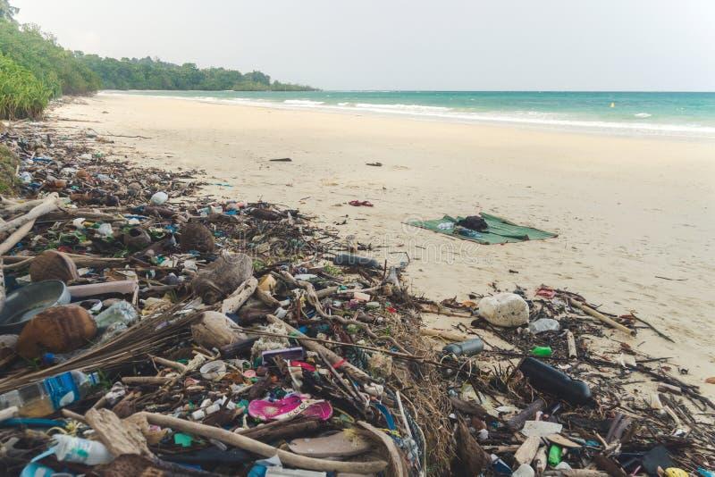 Strandverontreiniging Plastic flessen en ander afval op overzees strand stock afbeeldingen