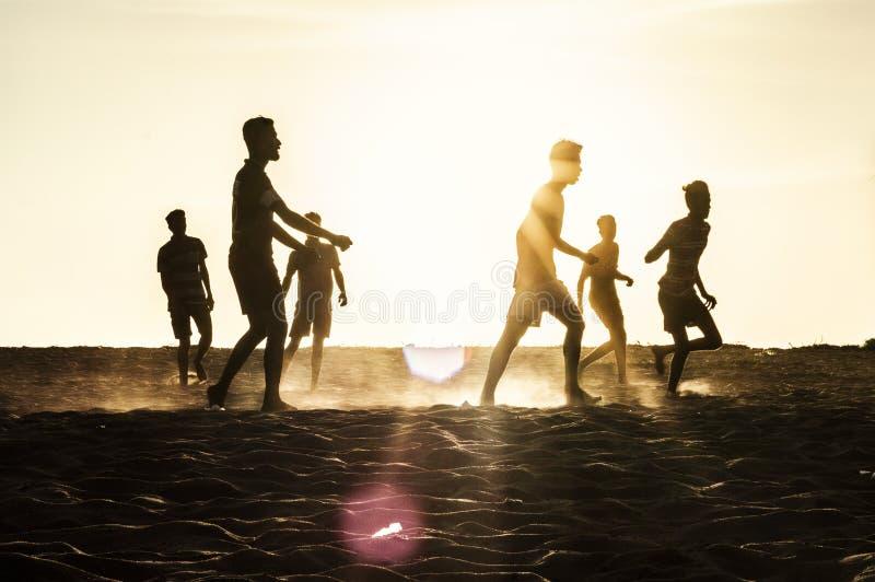 Strandvoetbal bij chavakkadstrand Kerala India royalty-vrije stock fotografie