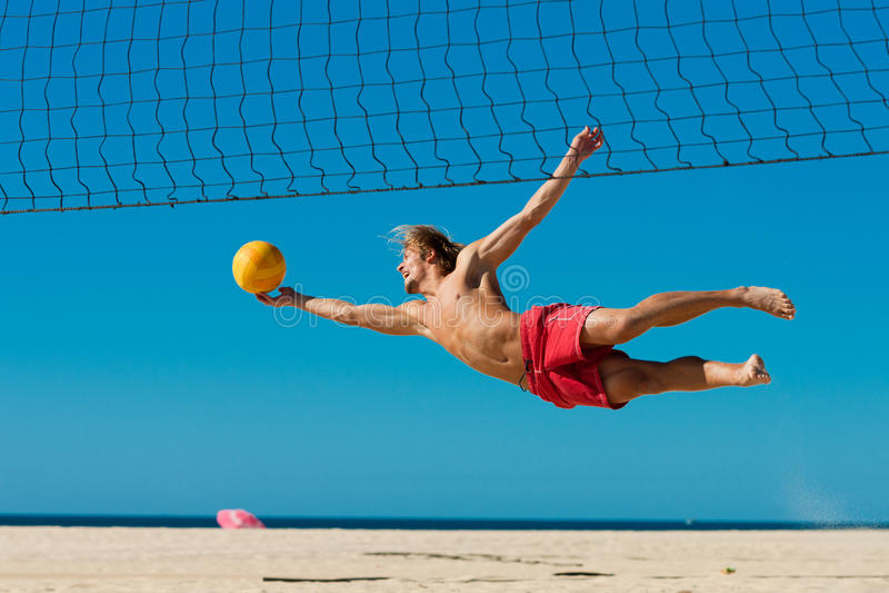 Strandvolleyball - Mannspringen stockfotos
