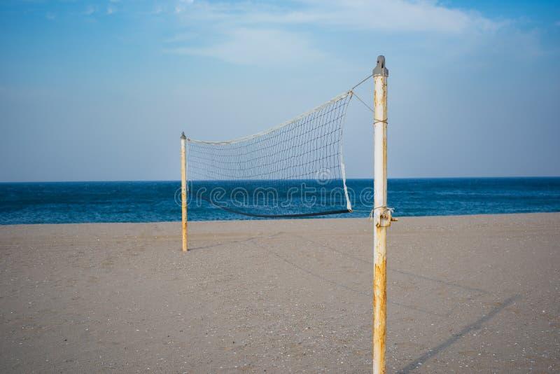 Strandvolleyballnetz auf Sande setzen auf den Strand stockfotos