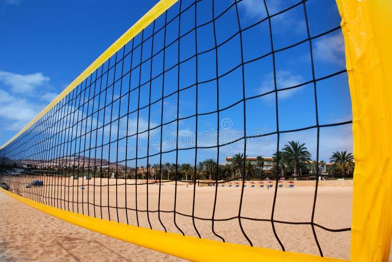 Strandvolleyballnetz und -strand lizenzfreies stockfoto
