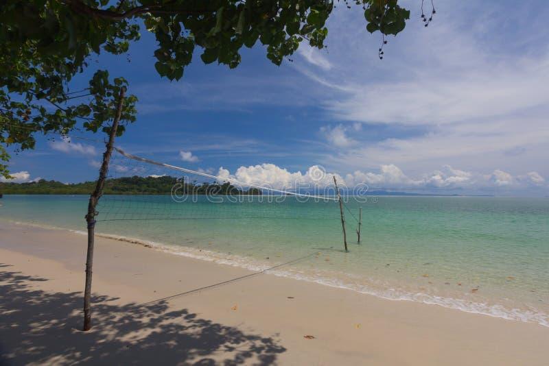 Strandvolleybollen med blå molnig himmel royaltyfria bilder